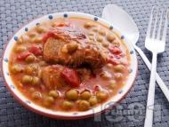 Вкусна яхния от свинско месо от бут с грах от консерва, лук и домати